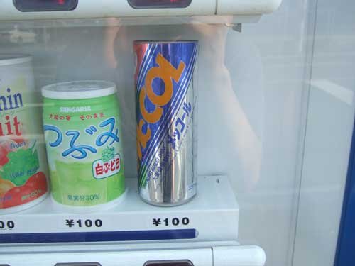 これは夢にまで見たメッコールでは無いですか。 大宮のアニメイト前のメッコール自販機は撤去され、大宮ロフト内の店でしか手に入らなくなったと思われた メッコール。